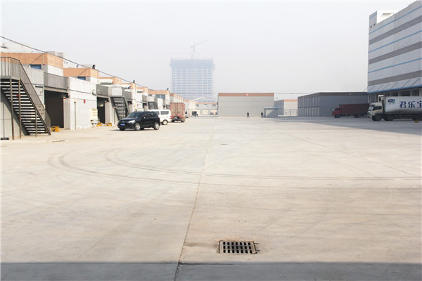 两万平方米的装货区